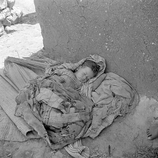 Baby in vluchtelingenkamp - Sleeping child in refugee camp (5370426971)
